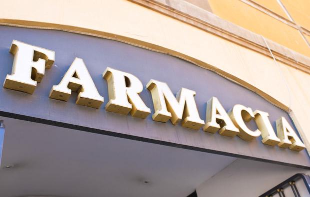 20140404 fachada farmacia letrero