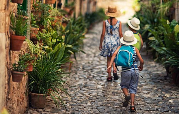 vacaciones familiares, vacaciones en el pueblo, vacaciones, verano, verano en el pueblo, abuelos y nietos, los veranos con los abuelos, guarderías, guarderías verano, campamentos de verano, campamentos, colonias, planes con niños, juegos al aire libre