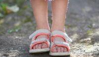 Cómo escoger el mejor calzado de verano de los niños